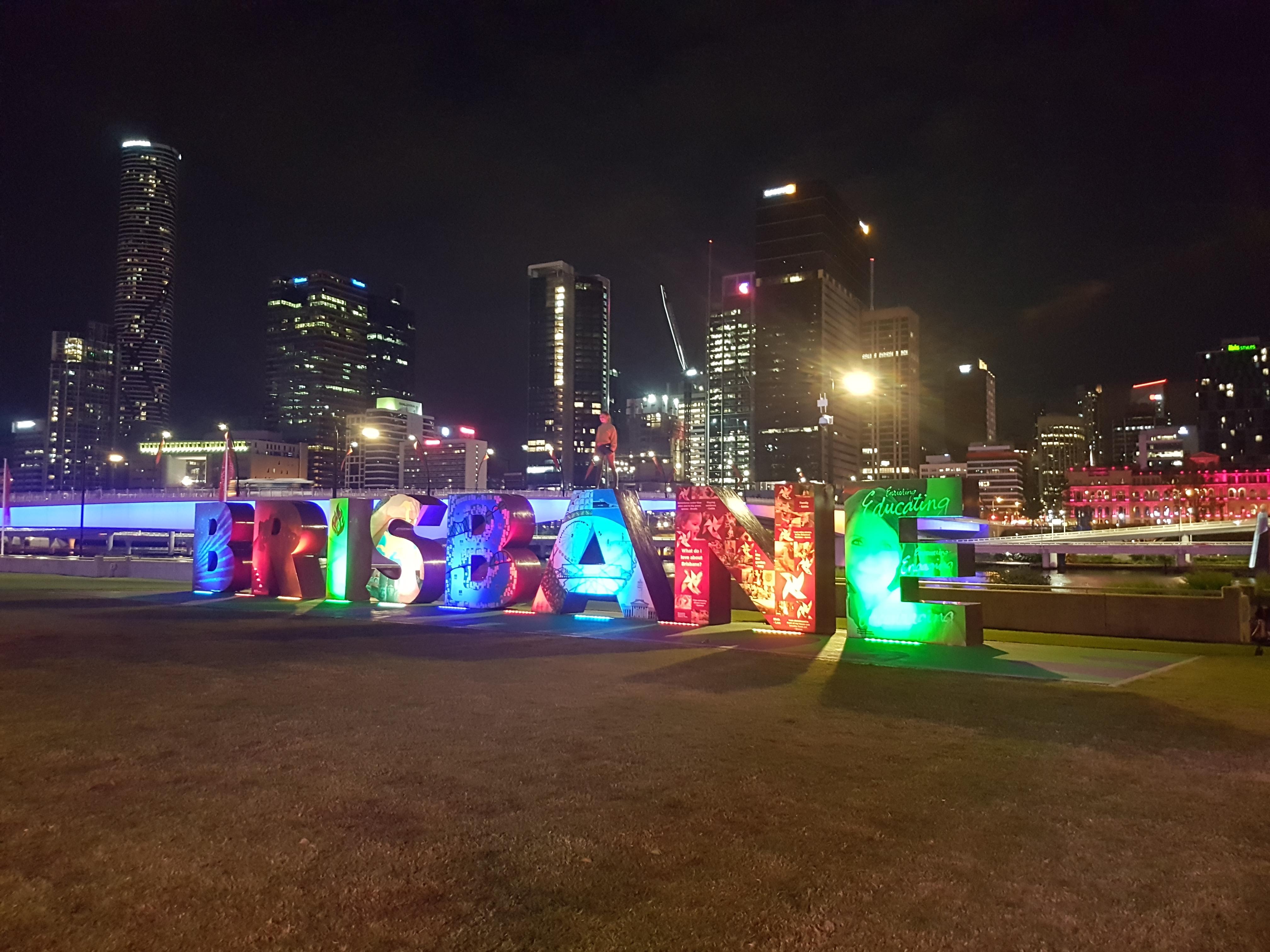 Popularny napis BRISBANE nad rzeką